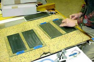 Приклеенные на стёкла листы абразивной бумаги разной зернистости, используемые на разных стадиях заточки