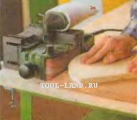 Обработка детали закрепленной на столе ленточной шлифовальной машиной