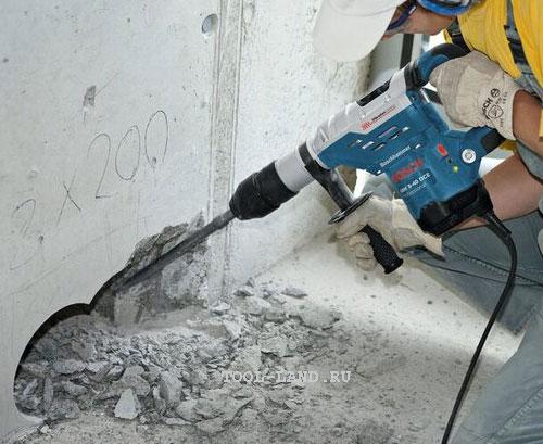 Разрушение бетонной стены перфоратором