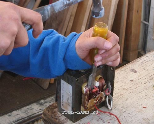 Удаление вторичной обмотки трансформатора зубилом