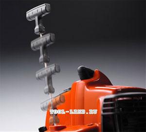 Вытягивание шнура стартера для запуска двигателя бензокосы