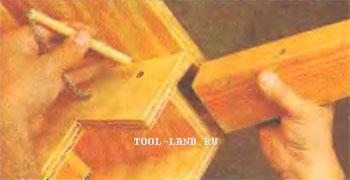 Вставив в пазуху, ножку фиксируют деревянным стержнем.